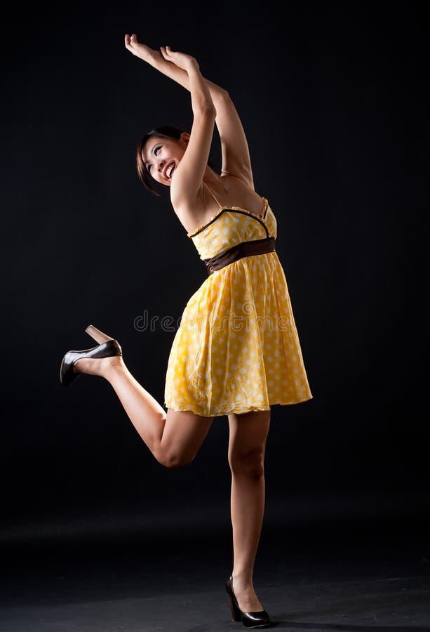 Menina de dança amarela do ponto de polca imagem de stock