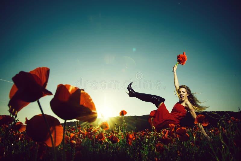 Menina de dança bonita no campo da semente de papoila fotografia de stock