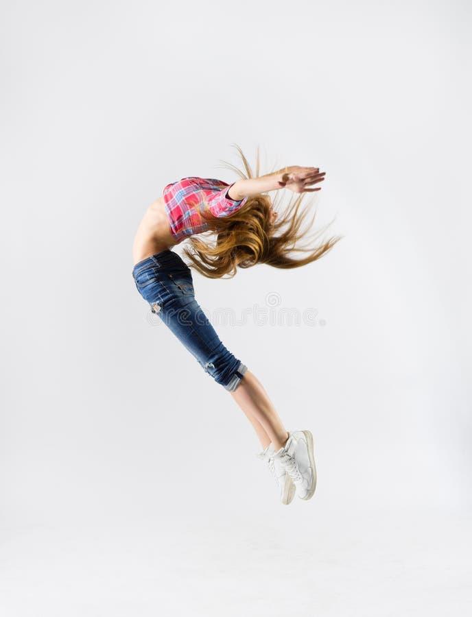 Menina de dança moderna nova nas calças de brim imagens de stock royalty free