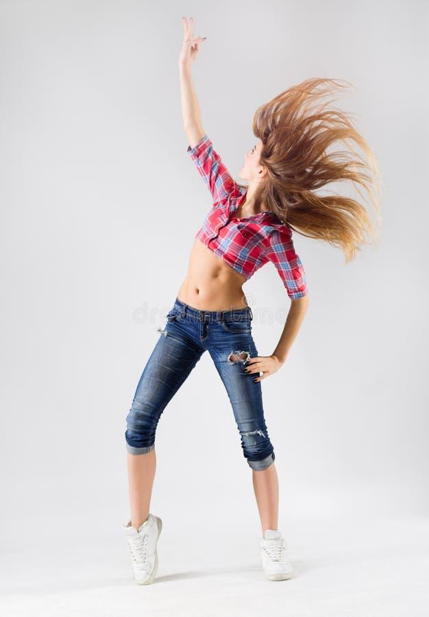 Menina de dança moderna nova nas calças de brim imagens de stock