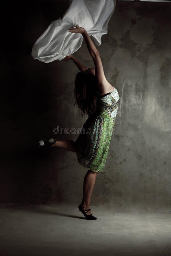 Menina de dança moderna nova no vestido colorido fotos de stock royalty free