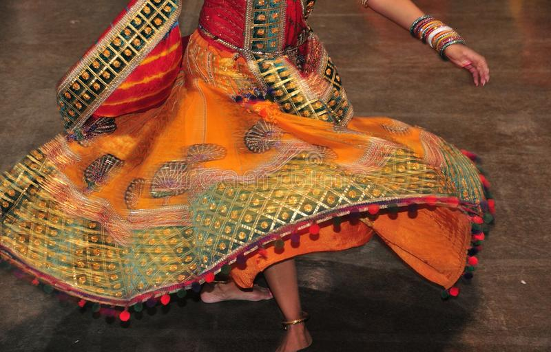 Menina de dança na ação, sumário do traje colorido com efeito do movimento foto de stock