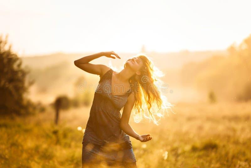 Menina de dança no por do sol foto de stock