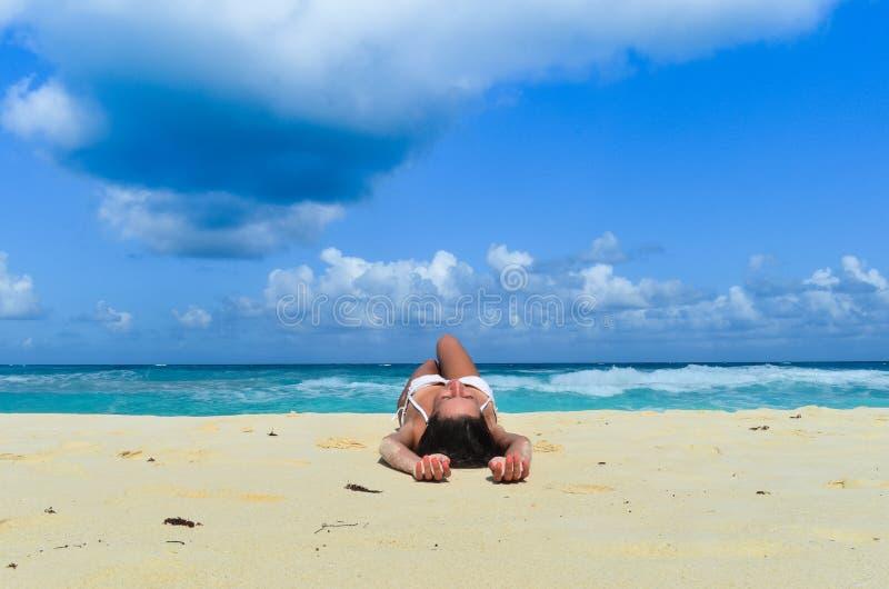 Menina de descanso na praia fotografia de stock royalty free