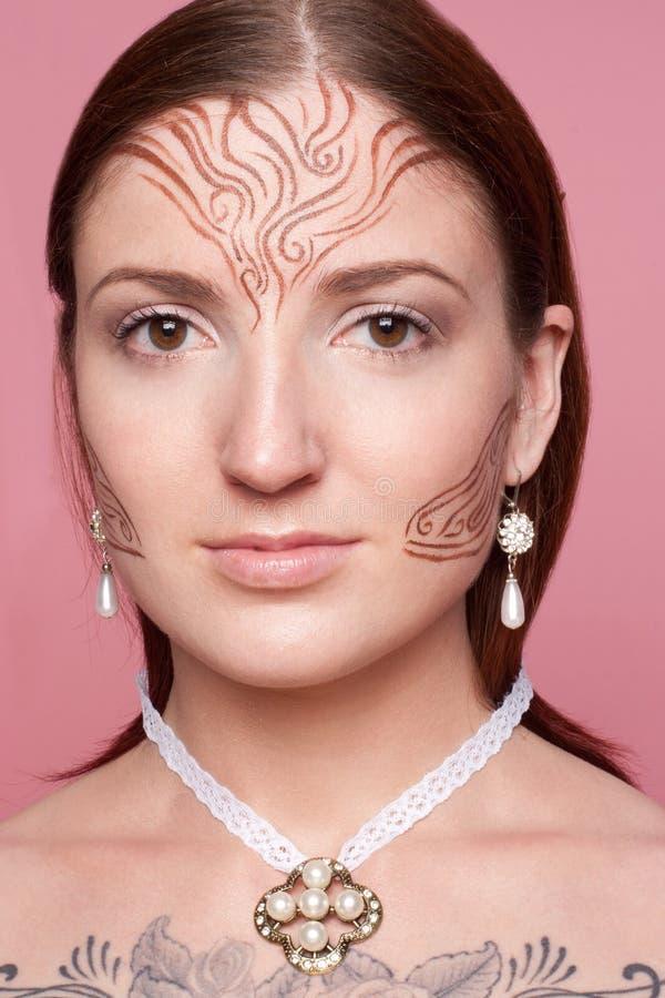 Menina de Elven com os desenhos em sua cara foto de stock royalty free