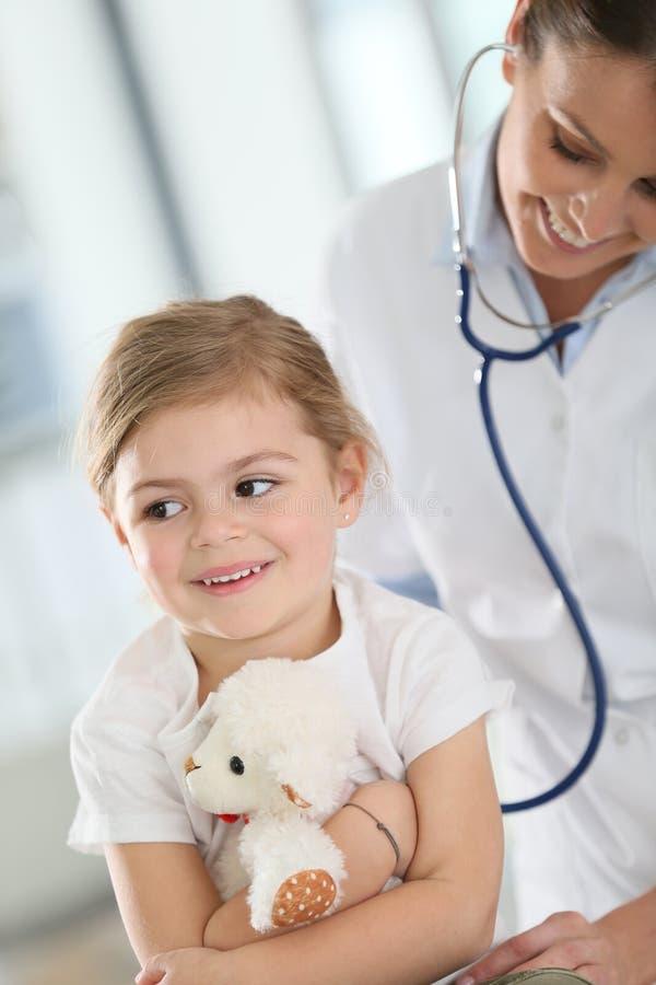 Menina de exame do doutor novo com estetoscópio foto de stock royalty free