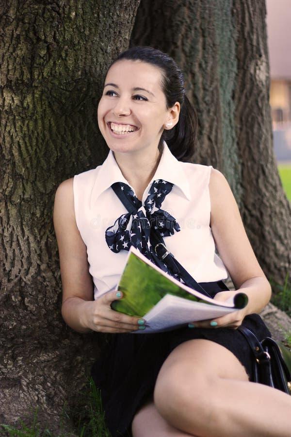 Menina de faculdade adolescente que estuda ao ar livre fotos de stock