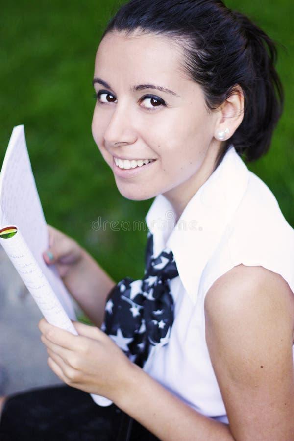 Menina de faculdade que estuda ao ar livre imagens de stock