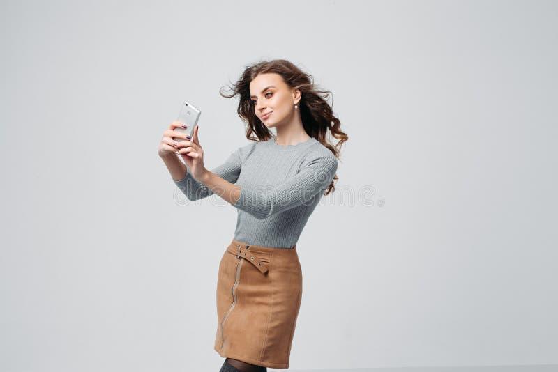 Menina de fascínio nova que faz fotos imagem de stock