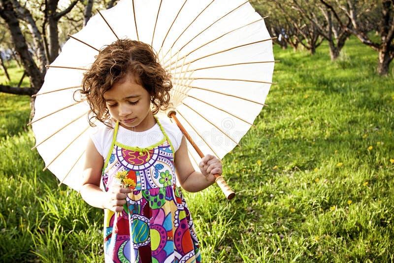 Menina de flor pequena bonita fotos de stock