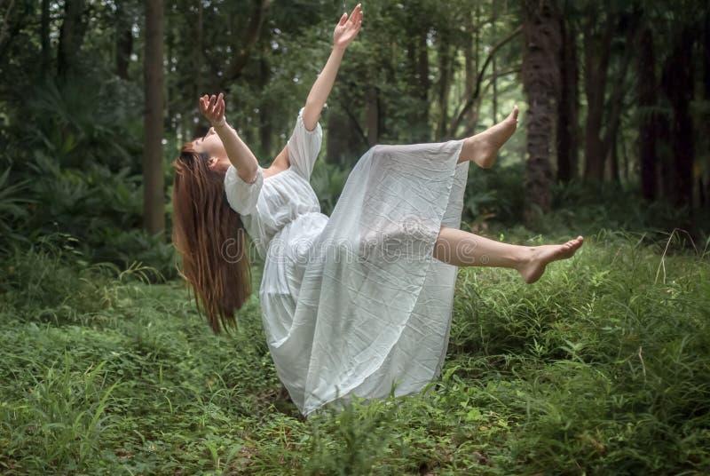 Menina de flutuação na floresta imagens de stock