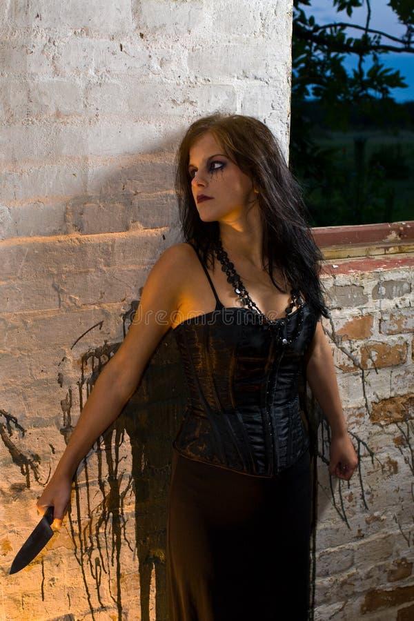 Menina de Goth com uma faca foto de stock