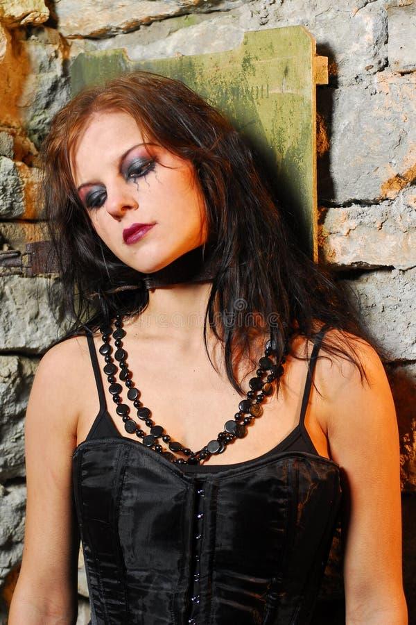 Menina de Goth de encontro à parede velha imagem de stock