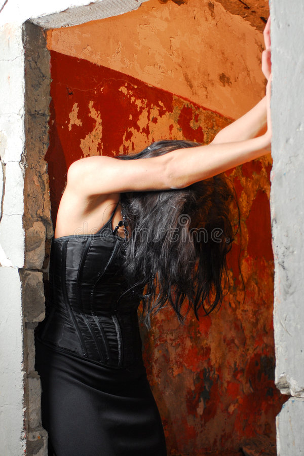 Menina de Goth na entrada   imagens de stock
