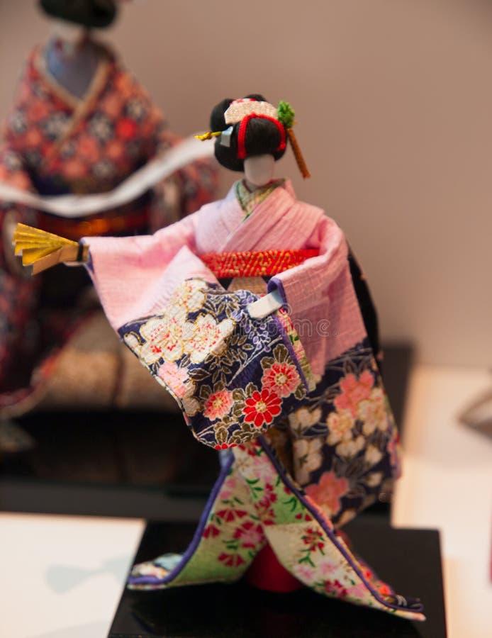 Menina de gueixa de dança no quimono vermelho imagens de stock royalty free