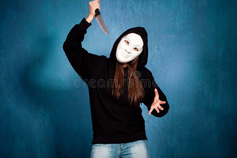 Menina de Halloween com máscara e faca foto de stock royalty free