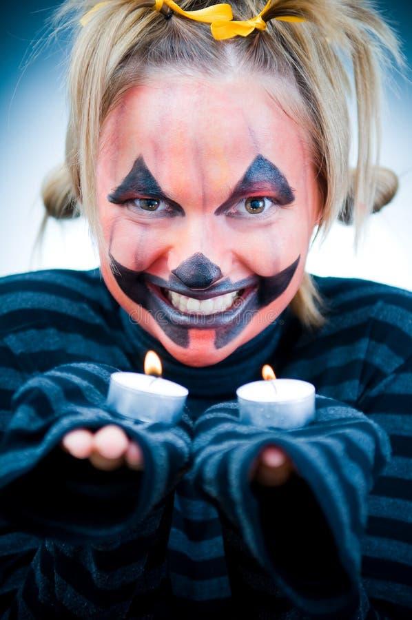 Menina de Halloween com velas imagem de stock