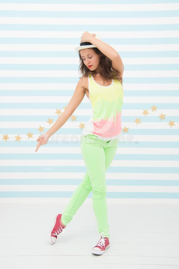 Menina de Hip Hop Pose moderna do dançarino que ajusta o chapéu Menina bonita com estilo do hip-hop Dançarino Go-go Obteve os mov foto de stock