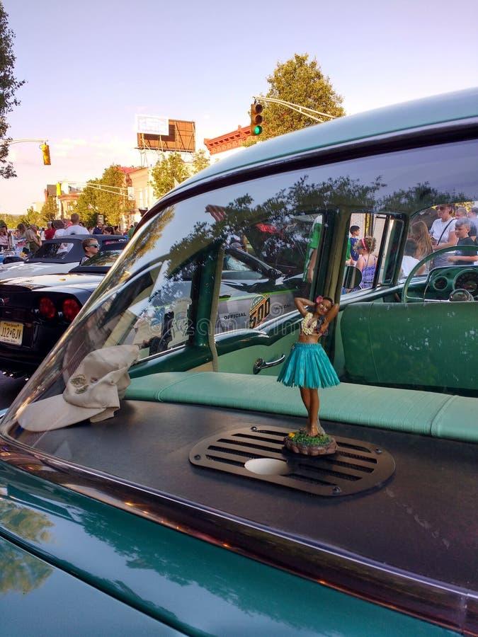 Menina de Hula da dança na janela de um carro clássico foto de stock royalty free