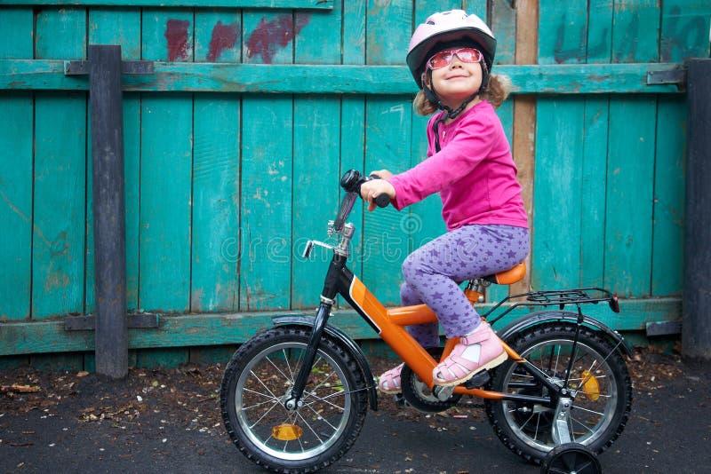 Menina de inspiração na bicicleta imagem de stock