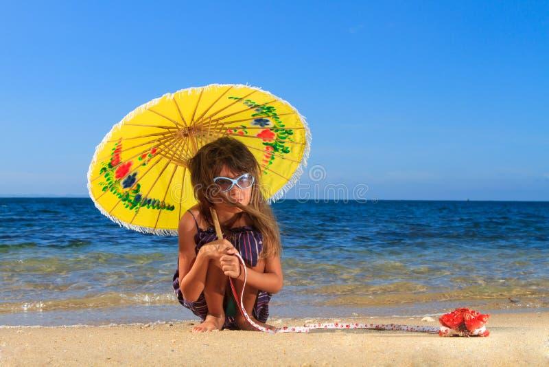 Menina de Ittle em um dia bonito na praia imagem de stock