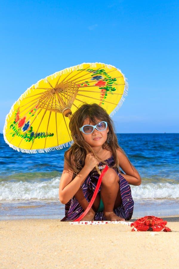 Menina de Ittle em um dia bonito na praia fotos de stock royalty free