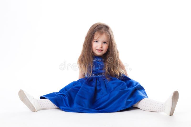 Menina de Ittle no vestido azul foto de stock