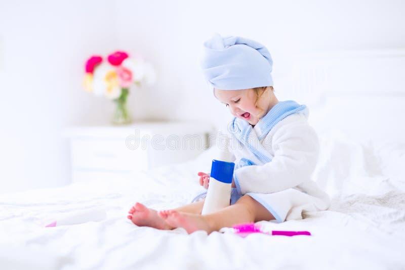 Menina de Litlte em um roupão e em uma toalha fotos de stock