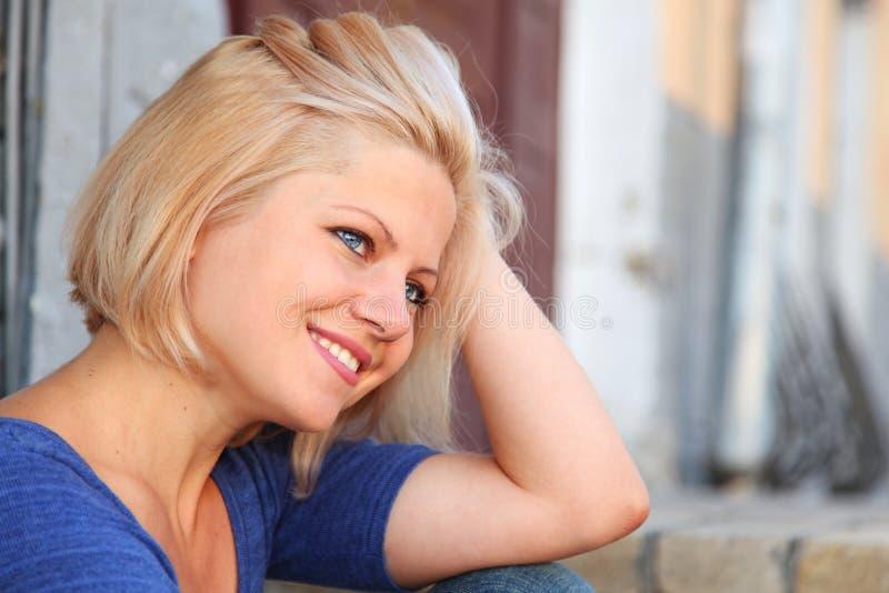 Menina de olhos azuis de sorriso dos jovens imagem de stock