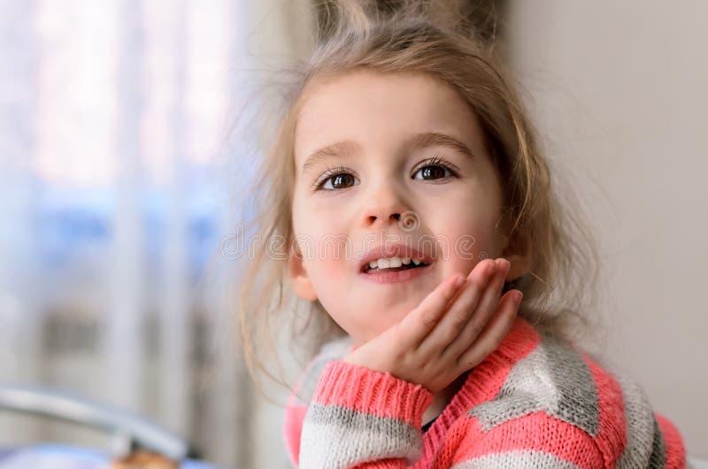 Menina de olhos castanhos com pestanas longas e a boca aberta que olham o passo foto de stock royalty free