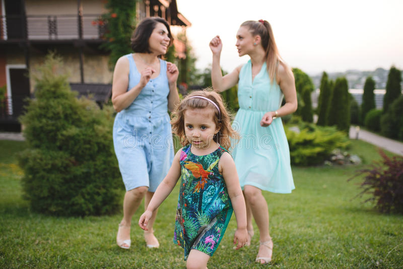 Menina de passeio e duas mulheres fotografia de stock royalty free