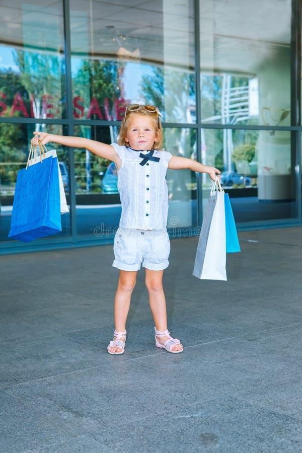Menina de Peschool na frente do shopping foto de stock royalty free