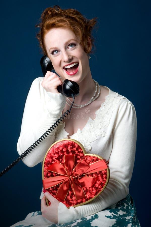 Menina de Pinup que prende caixa heart-shaped dos chocolates fotos de stock royalty free