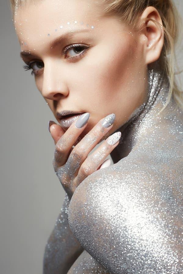 Menina de prata Mulher bonita com Sparkles imagem de stock royalty free