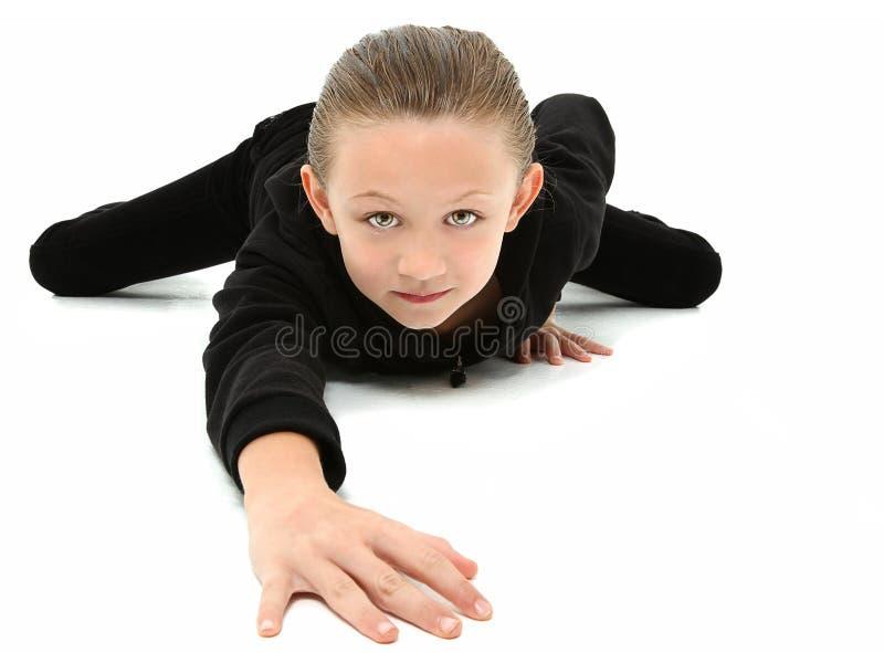 Menina de rastejamento dos anos de idade 7 no preto imagem de stock