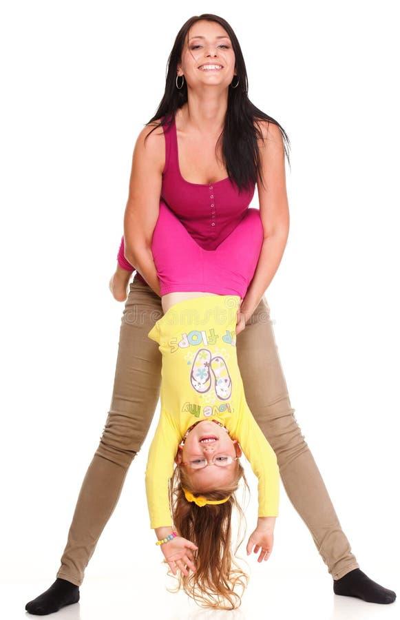 Menina de riso da criança do bebê pequeno que joga a mamã que faz o divertimento fotos de stock
