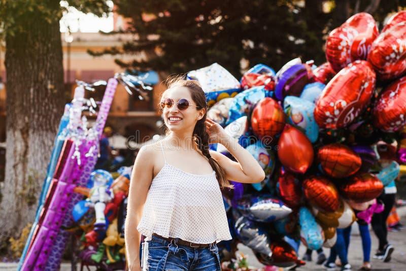 Menina de riso do latino, adolescente fêmea exterior no verão em uma cidade colonial em México imagens de stock