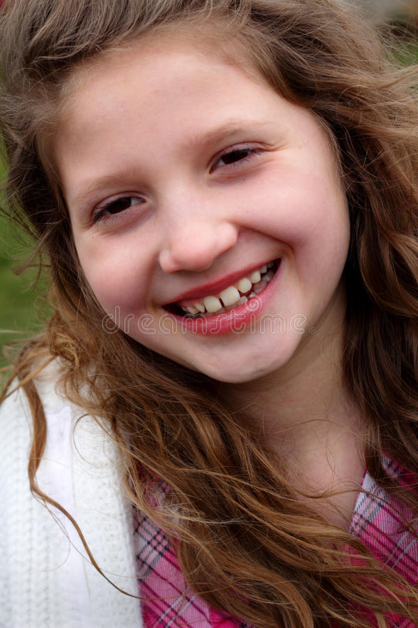 Menina de riso do Preteen com cabelo longo foto de stock