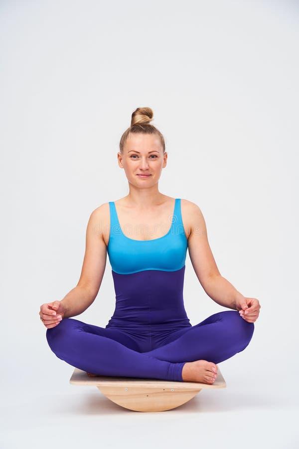 Menina de roupas de ginástica para Pilates e ioga imagens de stock royalty free