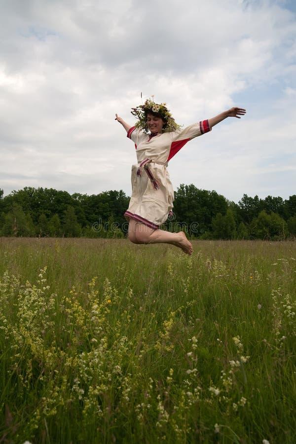 Menina de salto imagem de stock