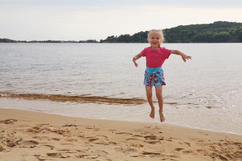 Menina de salto foto de stock
