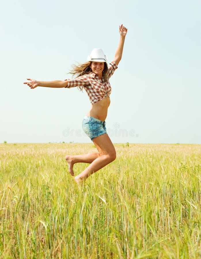 Menina de salto no campo imagem de stock royalty free