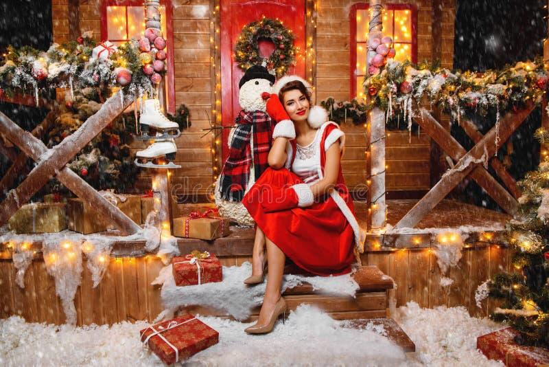 Menina de Santa com boneco de neve imagem de stock