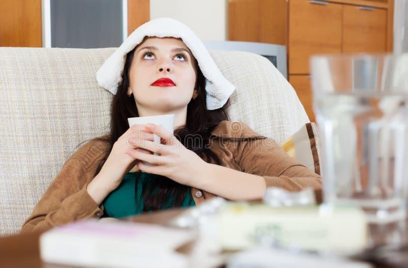 Menina de sofrimento no sofá fotografia de stock royalty free