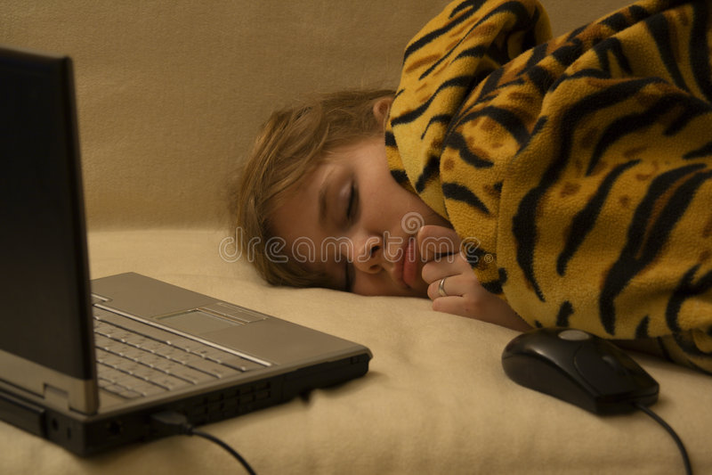 Menina de sono com caderno e rato