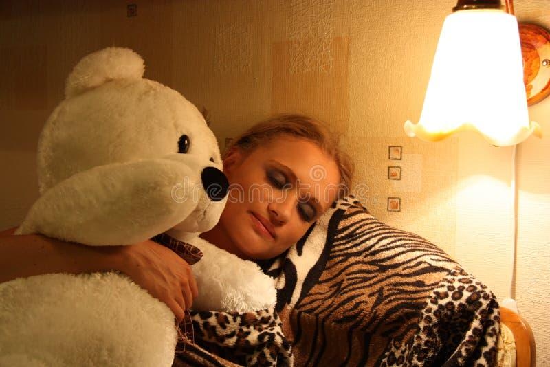 Menina de sono com o brinquedo do urso da peluche imagem de stock