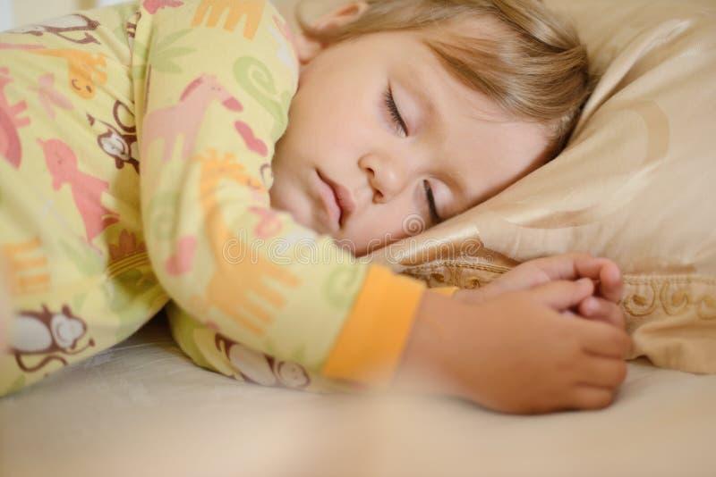 Menina de sono da criança fotografia de stock