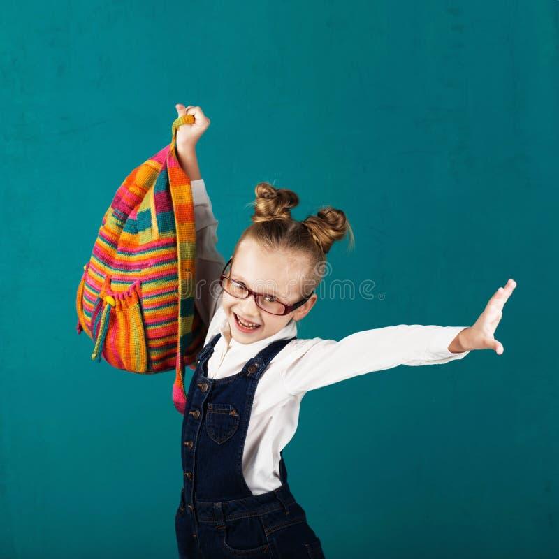 Menina de sorriso alegre com salto e havin grandes da trouxa fotos de stock