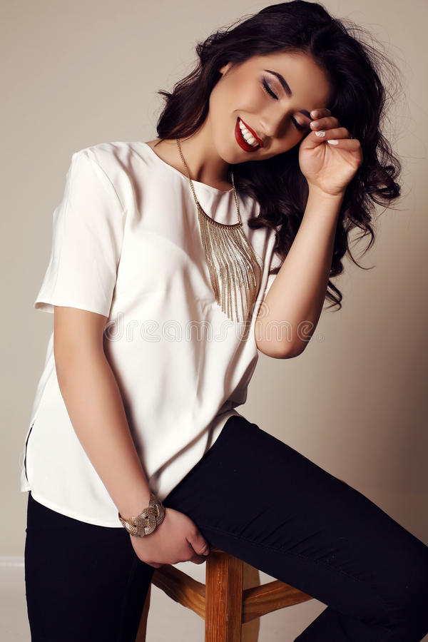 Menina de sorriso bonita com cabelo escuro na roupa elegante fotografia de stock