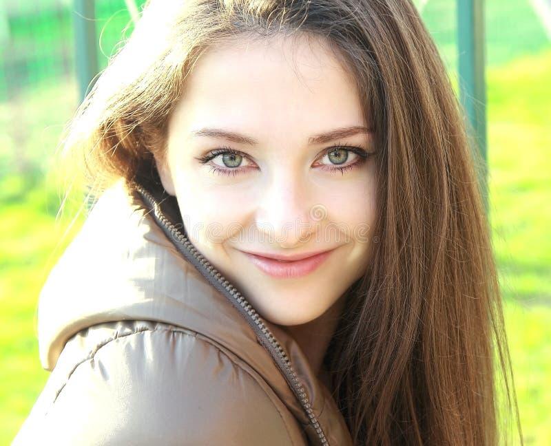Menina de sorriso bonita com cabelo longo fotografia de stock royalty free